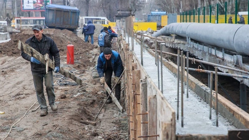 На проспекте Металлургов в Запорожье ремонтируют путепровод