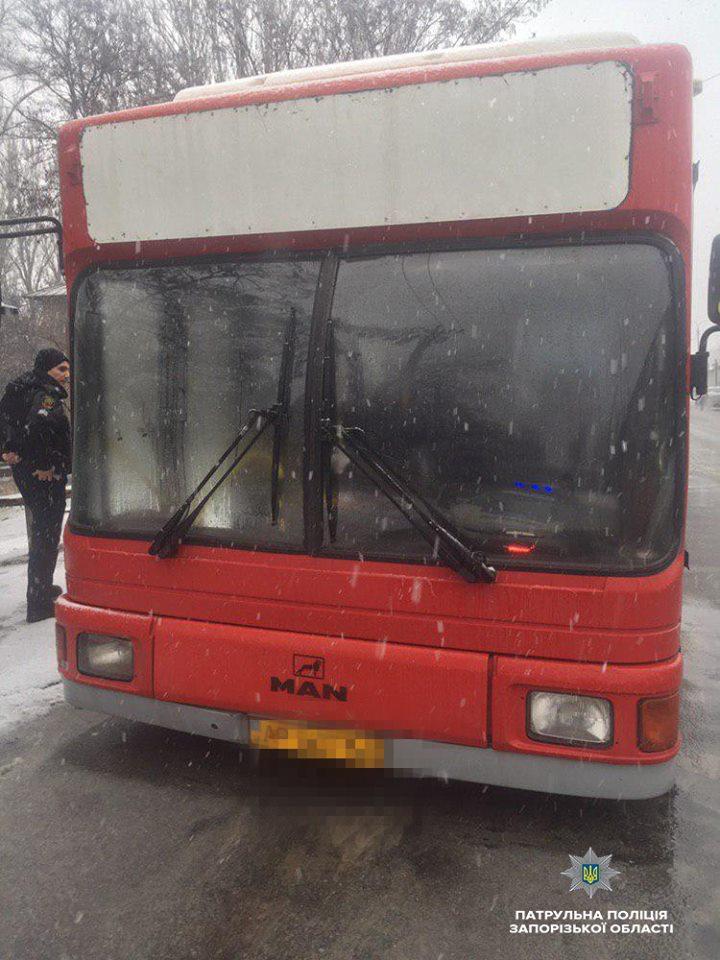 В Запорожье злоумышленник ограбил водителя автобуса, когда тот ремонтировал транспорт (Фото)