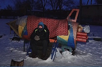 Житель Запорожской области потерялся в другом городе и живет на детской площадке: разыскиваются родственники (Фото)