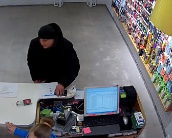 Жителей Запорожья просят за вознаграждение распознать вора, который совершил кражу из магазина техники (Фото, видео)
