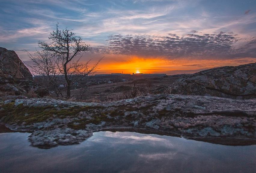 «Январь уходит красиво»: запорожский фотограф поделился впечатляющими снимками заката на Хортице (Фото)