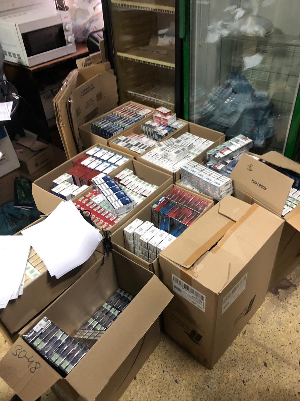 В Запорожье на территории центрального рынка работал незаконный оптовый склад сигарет (Фото)