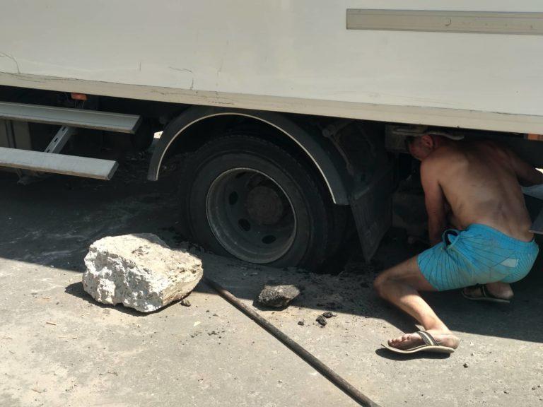 На Запоріжжі вантажівка застрягла в ямі на відремонтованій дорозі (Фотофакт)