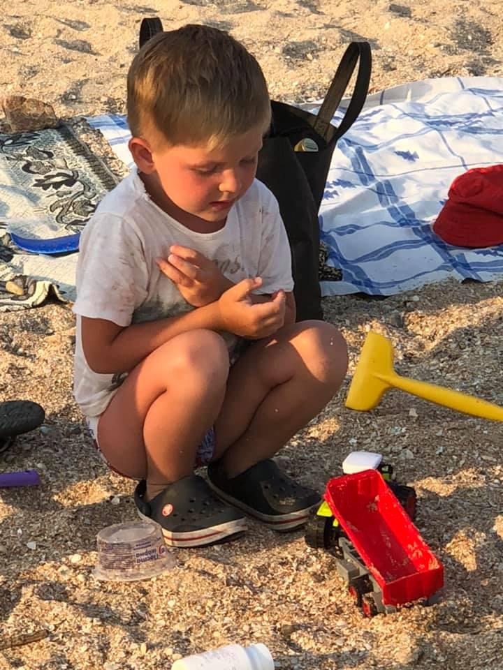 На запорожском курорте родители забыли ребенка на пляже: 4-летний мальчик просидел у моря полдня (Фото)