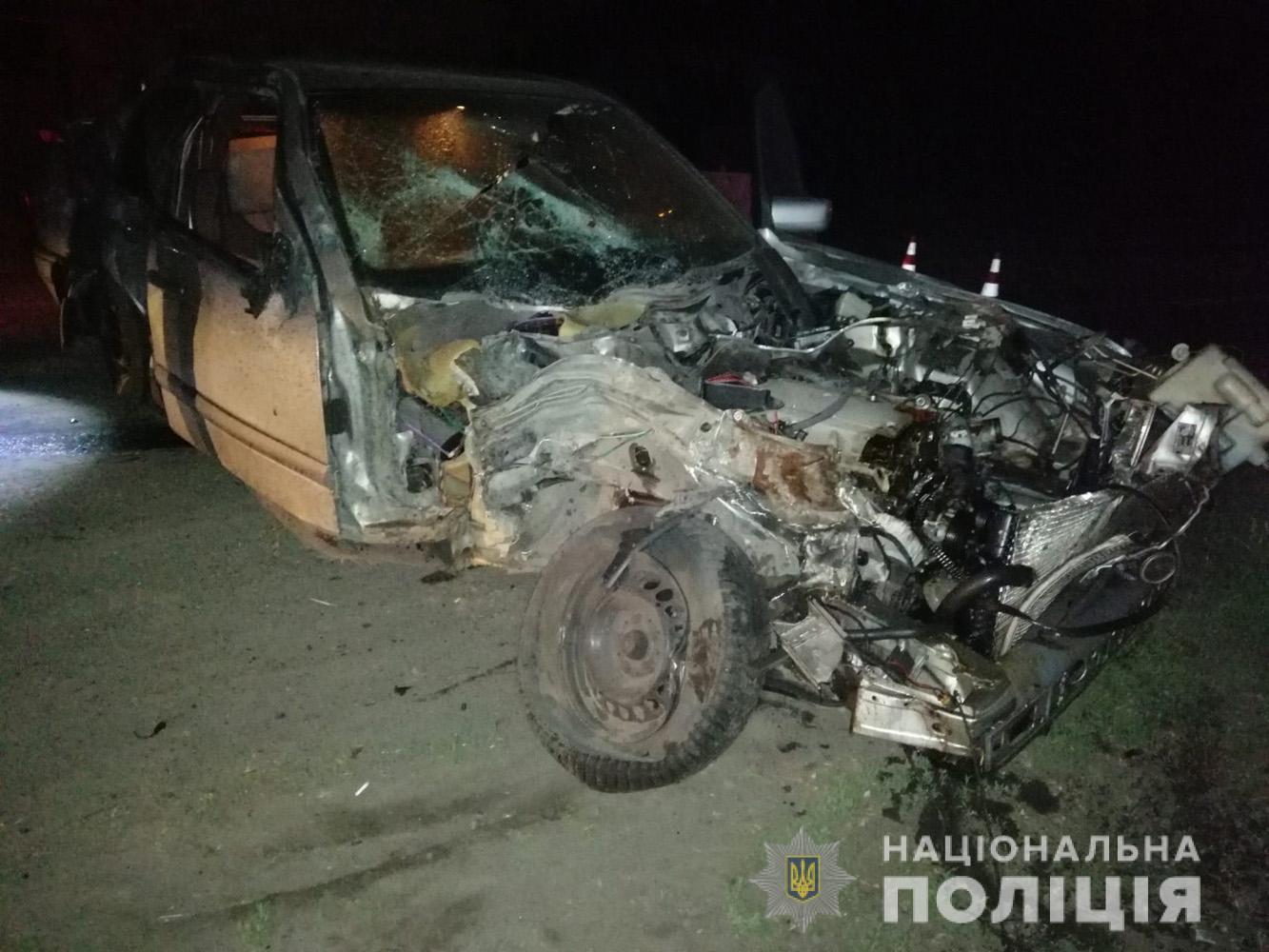 На запорізькій трасі в результаті зіткнення авто «Mercedes-Benz» з вантажівкою помер водій: поліція розшукує свідків (Фото)