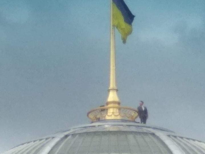 Человек, похожий на президента, делал селфи с купола Верховной Рады (Фото)