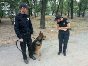 Запорожские  полицейские патрулируют улицы со служебными собаками