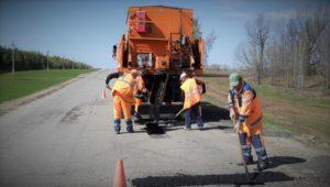 Автодорожники ремонтируют наиболее проблемные участки дорог