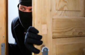 В Запорожье двое мужчин, подбирая ключи, обворовывали квартиры