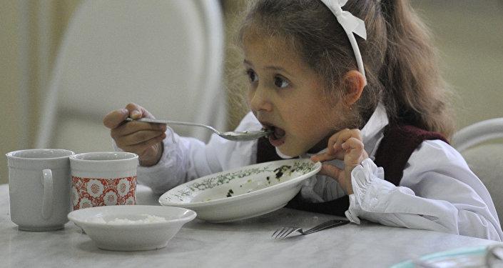 Чем Минздрав рекомендует кормить школьников