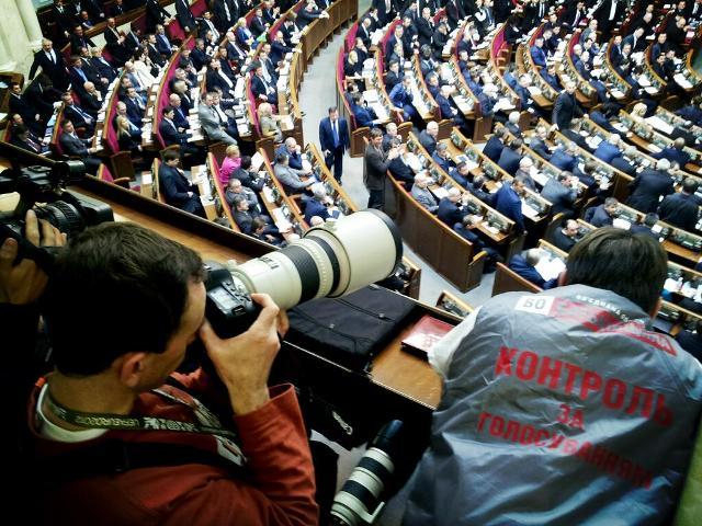 Депутаты выгонят журналистов со своей столовой и переоденут их в костюмы