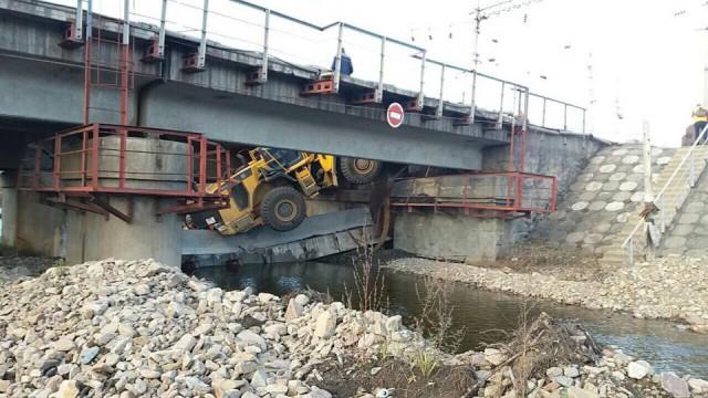 В России на бригаду рабочих упал мост. Погибли 2 человека