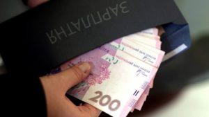 Зарплаты в конвертах: украинцы не спешат сдавать своих работодателей