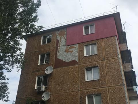 Запорожец испортил на фасаде запорожской многоэтажки мозаику прошлого века