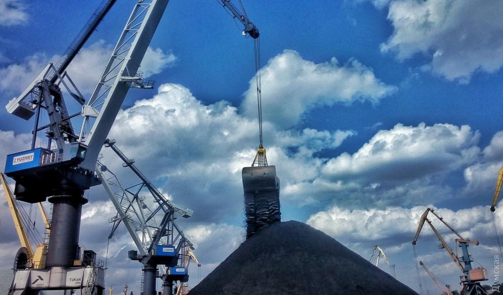 Как в Украине встречали судно с американским углем. ВИДЕО