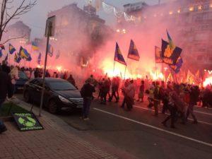 Марш Славы героев в Киеве прошел под взрывы петард