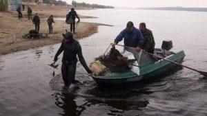 В Запорожье со дна Днепра достали десятки килограмм мусора,оставленного туристами