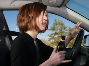 В Запорожье пьяная  женщина-водитель  прикуривала у патрульных, а потом пыталась сбежать