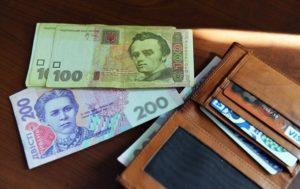 Средняя зарплата в Украине увеличилась до 7351 гривен