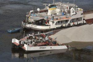 В Каховском водохранилище утонула баржа с нефтью