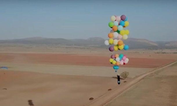 Британский экстремал пролетел на гелиевых шариках 20 км