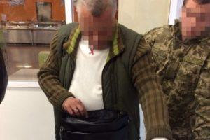 Таможенник запорожского аэропорта попался на взятке