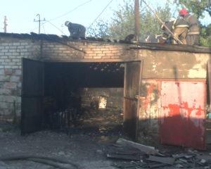 В Запорожье BMW полностью сгорело в гараже