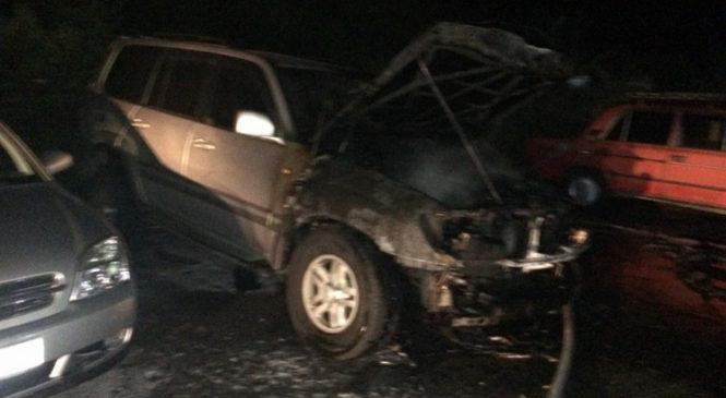 В центре Запорожья неизвестные порезали мужчину ножом и сожгли его автомобиль