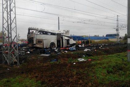 Железнодорожная катастрофа в России. Поезд смял автобус с пассажирами