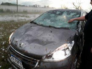Град уничтожил 20 автомобилей в Аргентине