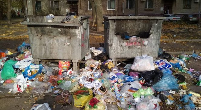 Мусорный коллапс в Запорожье: почему полные контейнеры неделю стоят без внимания коммунальщиков