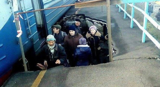 Полный провал: пассажиры под Запорожьем вынуждены осуществлять посадку в вагоны из ямы на платформе