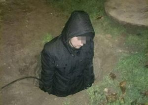 В плену у кабеля: Патрульные в Запорожье задержали вора, застрявшего в колодце