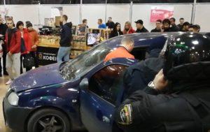 В Харькове авто влетело в торгово-развлекательный центр