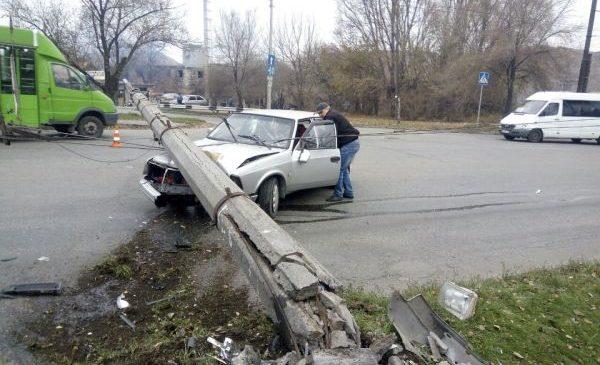 В Запорожье столб рухнул на авто