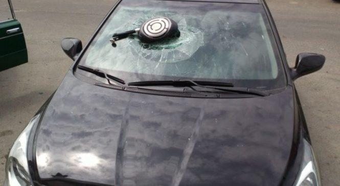 В России женщина сковородкой разбила авто экс-супруга