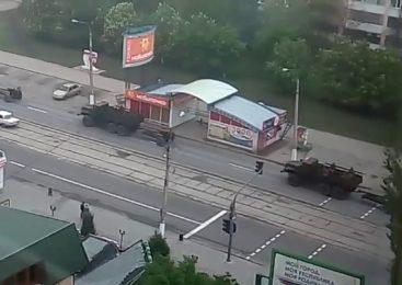 Луганск : «зеленые человечки» и военная колонна