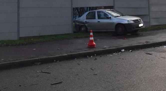 В Запорожье автомобиль снёс забор Хортицкой академии