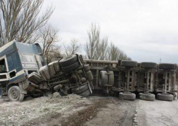 В Запорожье перевернулась 20-тонная фура с известью (ФОТО)