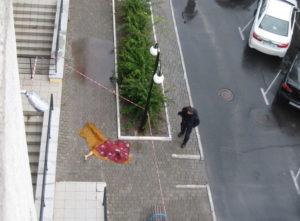 В Энергодаре из окна 6-го этажа выпала молодая девушка