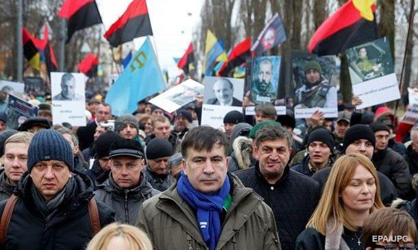 Разбитые окна, поломанные двери, дымовые шашки — мирная акция от Саакашвили. Фото. Видео