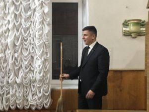 Запорожскому депутату благодарные избиратели подарили… метлу