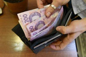 Госстат: За год средняя зарплата в Украине выросла почти на 40%