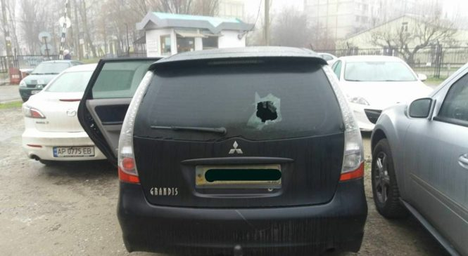 Запорожскому депутату камнем разбили стекло в машине