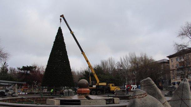 В Запорожье завершаются работы по установке главной ёлки города. ФОТО