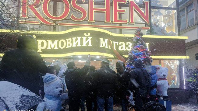 Фото разбитых витрины в магазине «Roshen»