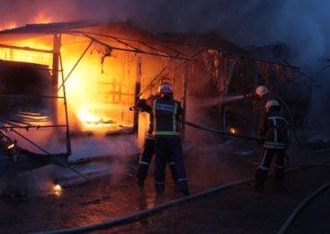 В сеть попали фото и видео масштабного пожара на вещевом рынке «Анголенко»