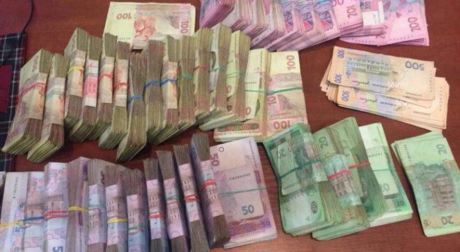 Запорожский чиновник погорел на взятке в особо крупном размере