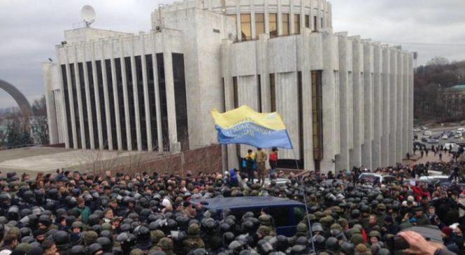 На данный момент в Киеве растут баррикады, активисты выкорчевывают брусчатку. Фото Видео