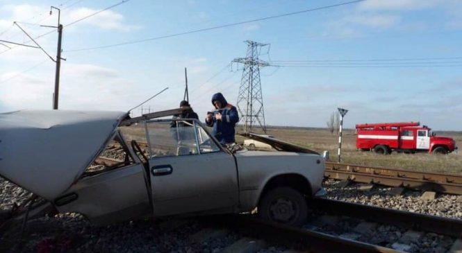 Страшное ДТП в Запорожской области: поезд «разорвал» авто пополам (Фото)